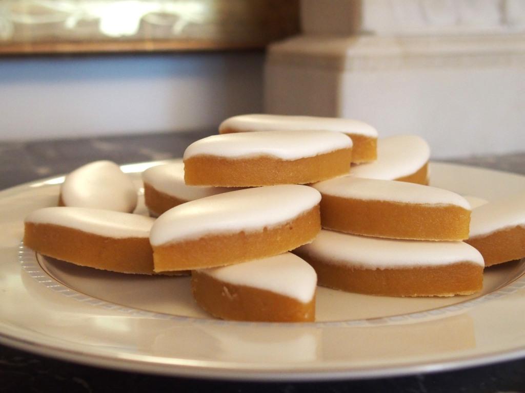 74aba557ae123a Le nougat blanc a également un léger et subtil goût de fleur (il est fait  avec du miel de lavande). Il est tendre et croquant à la fois (excellentes  amande ...